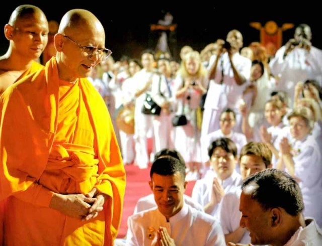 The abbot of Wat Phra Dhammakaya, Luang Por Dhammajayo ('Luang Por' meaning Venerable Father), greeting laypeople at the Wat